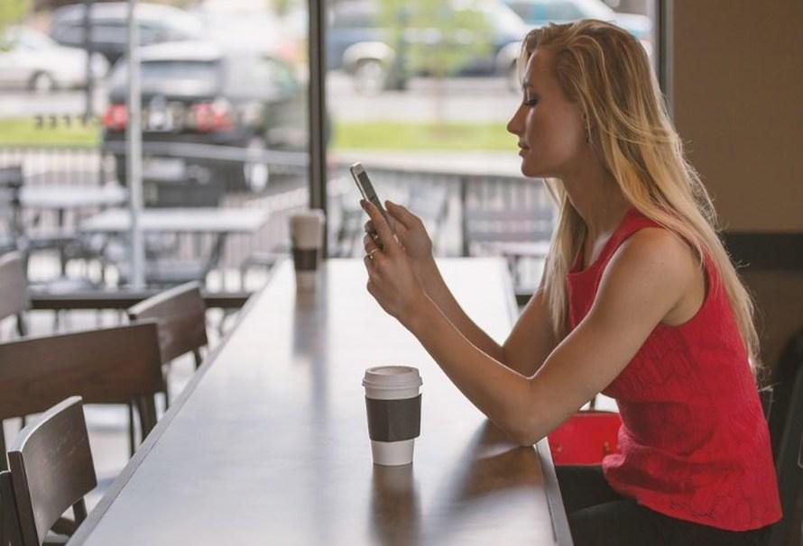"""aprende En este espacio explicaremos, mediante unos simples pasos, Cómo activar el punto de acceso portátil en un móvil Xiaomi. Es decir, como compartir los datos móviles con otros dispositivos. Aprende cómo activar el punto de acceso portátil en un móvil Xiaomi Debes considerar que activar el punto de acceso portátil en un móvil Xiaomi es muy simple. Se debe ir los Ajustes, estando allí se debe dar clic en la opción """"Punto de acceso portátil"""". En caso de no mostrarse esta opción en """"Ajustes"""", se debe entrar en conexión y compartir, allí se mostrará la opción antes mencionada. Inicialmente se activará la opción con el interruptor. Posteriormente será posible personalizar su punto de acceso. Configurar punto de acceso portátil De este modo, lo primero que se recomienda para activar el punto de acceso portátil en un móvil Xiaomi, es colocarle un nombre a la red que se va a crear. Luego se tiene que establecer qué tipo de seguridad tendrá la red. Se puede escoger que no tenga protección alguna (acción no recomendada por los expertos), y WPA2 PSK, donde obligatoriamente se debe crear una contraseña para que los dispositivos puedan conectarse. Además, es posible seleccionar la banda, una opción que está disponible en algunas versiones de MIUI). Cuando se haya realizado todo esto, se puede proceder aceptar en la parte de superior derecha. Te puede interesar: Cómo hacer o restaurar una copia de seguridad en MIUI Compartir código QR Al momento que ya este configurada la red, los dispositivos se podrán conectar vía código QR. Esto significa que no necesitarán colocar contraseña. Límite de datos de una sola vez En este apartado, es posible personalizar qué límite de datos se desea compartir. Puedes establecer el tamaño de datos, entonces, cuando este alcance ese límite, se puede configurar para que se notifique o se desactiven. Asimismo, se puede dejar desactivada esta opción para que no exista algún límite. Inhabilitar el punto de acceso de forma automática Si está encendido"""